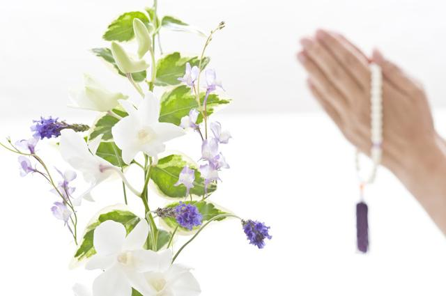 オンライン葬儀に供花を送ることはできる?送り方なども詳しく解説!のサムネイル画像