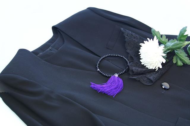 結婚式に喪服を着て行くことはマナー違反?礼服と喪服の違いも解説のサムネイル画像