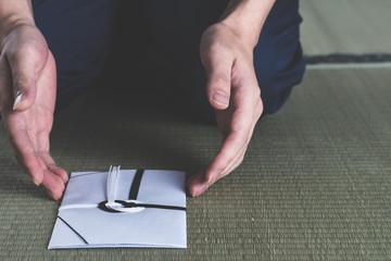 一同で香典を包む際の基本的なマナーについて|金額や書き方を紹介のサムネイル画像