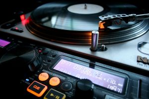 DJとして音楽もプロデュースのサムネイル画像